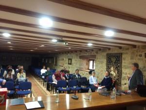 Grzona chala con los participantes.