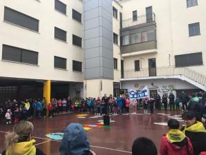 Antes de iniciar la marcha en el patio del colegio de las Misioneras.