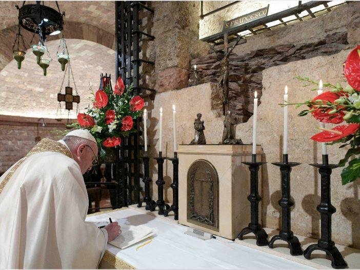 Papa-Francisco-en-Asís-firma-encíclica-Fratelli-Tutti-702×526